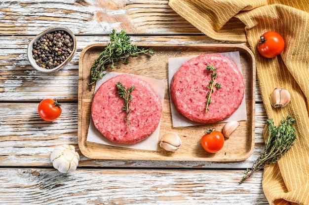 Tortini di carne macinata, trito di manzo crudo su bianco. vista dall'alto