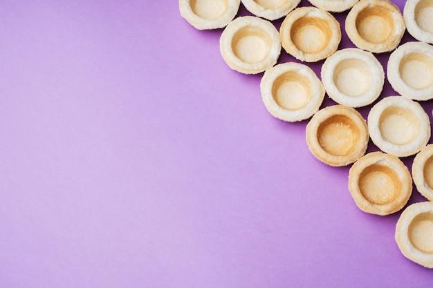 Tortini di pasta frolla vuoti presentati in un fondo di fila