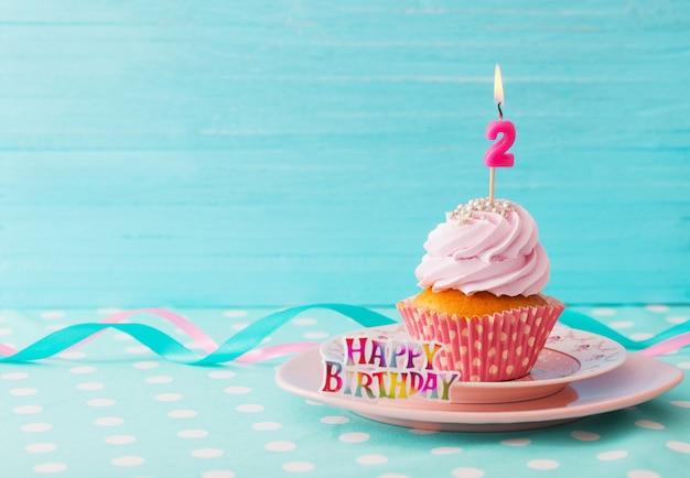 Tortino di compleanno su fondo di legno blu