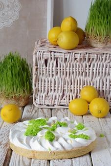 Tortino di pasta frolla con crema al limone e meringa svizzera
