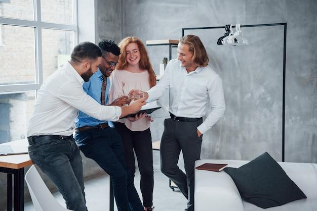 Tost per il successo. i bei uomini d'affari adorano il loro lavoro e condividono le loro idee