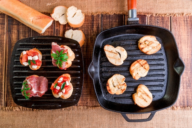 Tostare sulla griglia. set di crostini