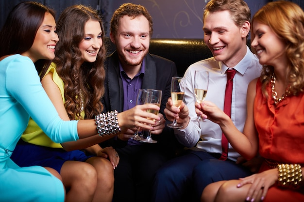 Tostatura con bicchieri di champagne