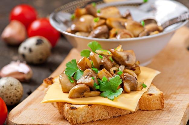 Tosti il panino con il fungo, il formaggio ed il prezzemolo, fuoco selettivo