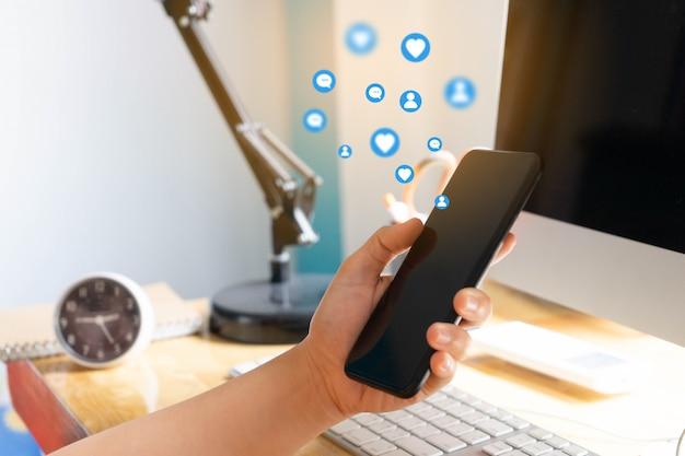 Touch pad commovente della mano, concetto di media sociali
