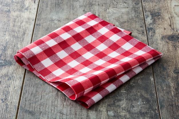 Tovaglia a quadretti rossa sulla tavola di legno