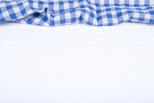 Tovaglia blu su fondo di legno