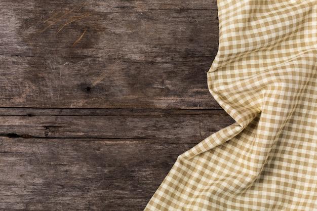 Tovaglia marrone sul fondo della tavola in legno