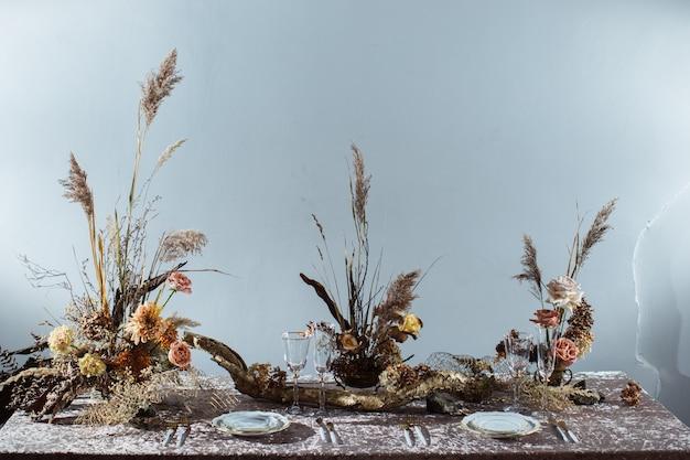 Tovaglia rosa, piatti. splendida e squisita decorazione autunnale per matrimoni