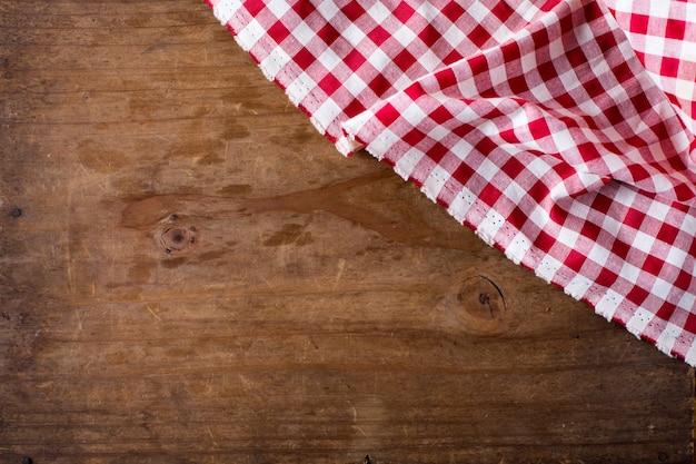 Tovaglia rossa su fondo di legno