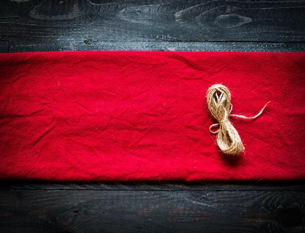 Tovaglia rossa su fondo in legno vecchio