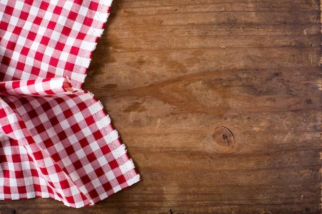 Tovaglia rossa sul tavolo di legno