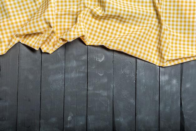 Tovaglia tessile su superficie di legno