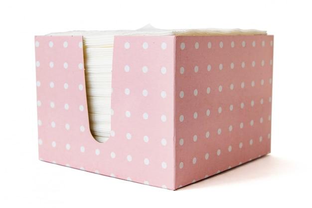 Tovaglioli di carta nella casella isolata su priorità bassa bianca