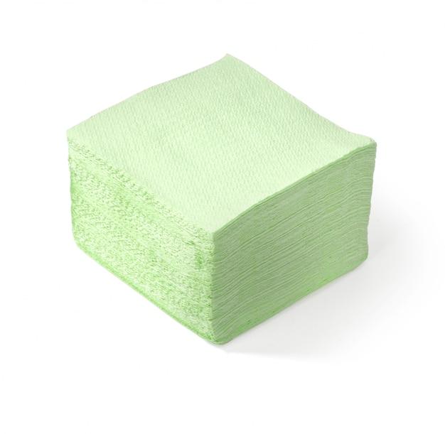 Tovaglioli verdi isolati su superficie bianca