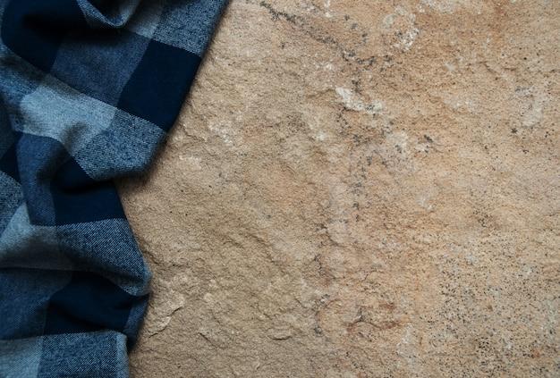 Tovagliolo a quadretti su una superficie di pietra