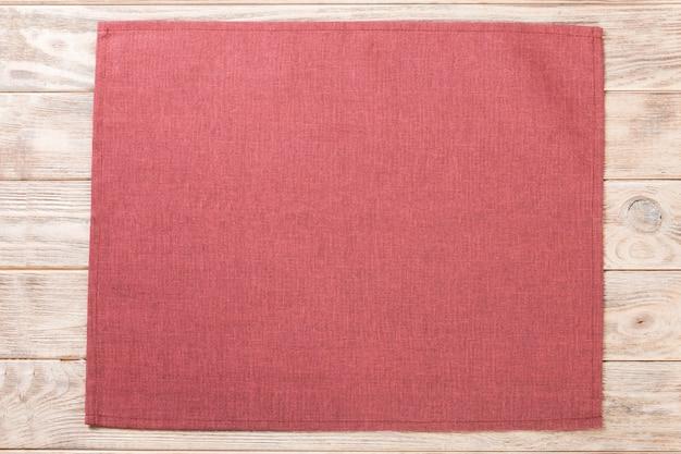 Tovagliolo di stoffa rosso su legno rustico marrone