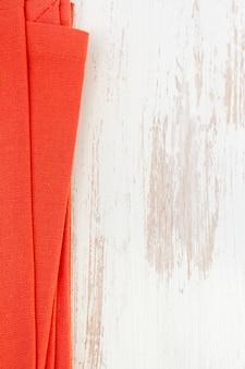 Tovagliolo rosso su bianco in legno