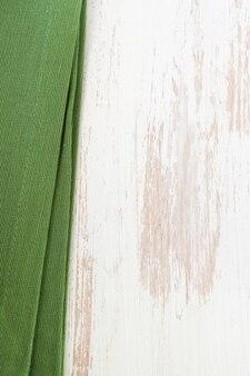 Tovagliolo verde su bianco in legno