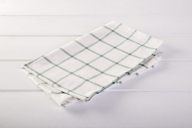 Tovagliolo verde sul tavolo bianco