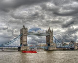 Tower bridge cielo