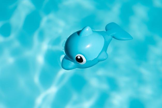 Toy fish sveglio sulla piscina