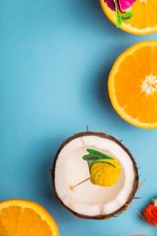 Tra le succose arance su sfondo blu. concetto di cibo estivo