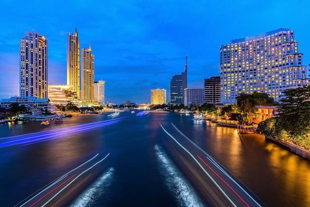 Tracce della luce del traffico su un paesaggio urbano