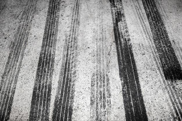 Tracce di pneumatici neri su strada