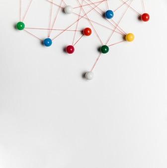 Tracce di puntina da disegno e thread
