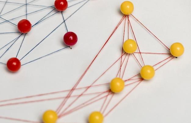Tracce di puntina da disegno e vista dall'alto del thread