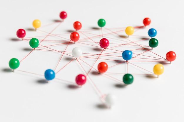 Tracce di puntine da disegno colorate e filo