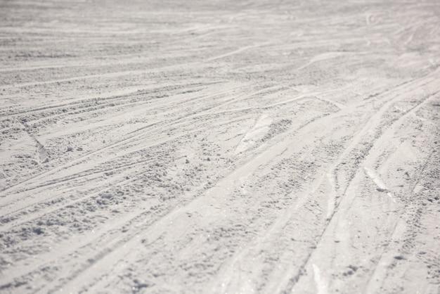 Tracce di sci sul paesaggio innevato