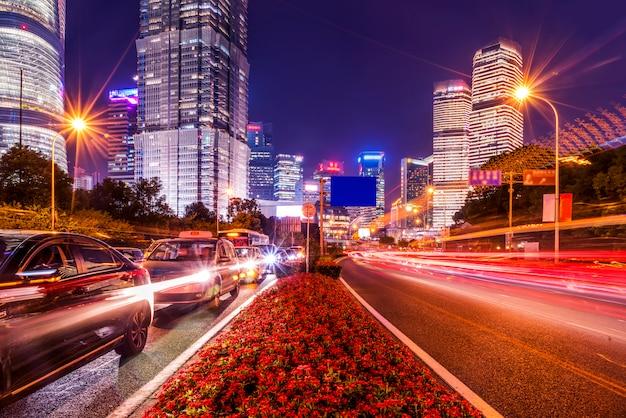 Tracce di semaforo sfocato su strada