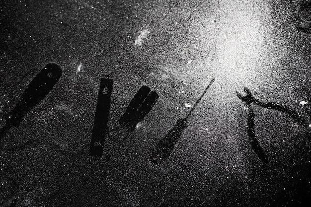 Tracce di strumenti sul tavolo nero spolverato di polvere bianca