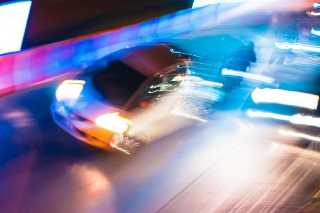 Tracce di traffico notturno a lunga esposizione con vivaci colori al neon