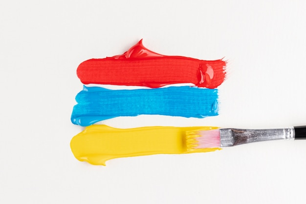 Tracce di vernice rossa, blu e gialla