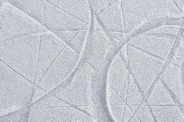 Tracce sul ghiaccio dai pattini sulla pista