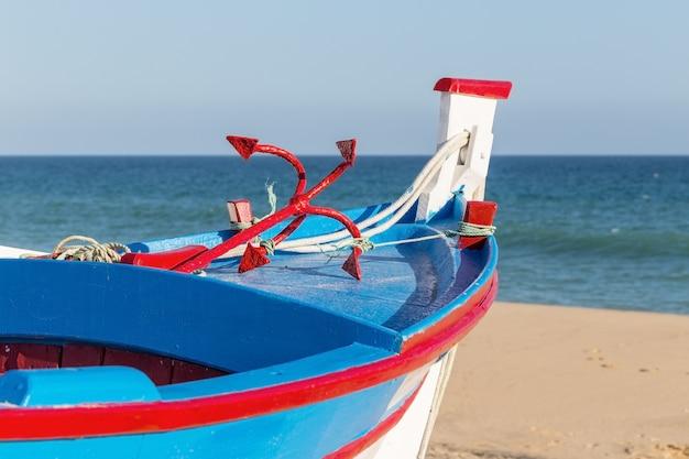 Tradizionale barca portoghese sulla spiaggia.