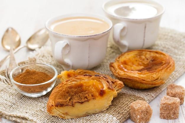 Tradizionale crostata all'uovo pastello de nata con una tazza di caffè