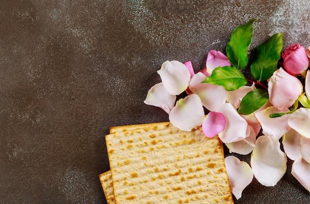Tradizionale festa ebraica di pasqua ebraica con pane azzimo matzo