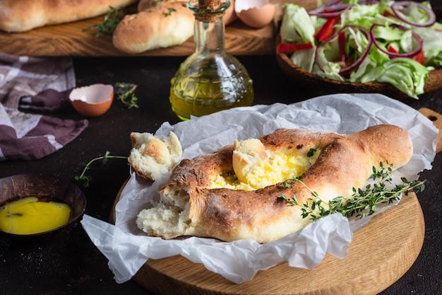 Tradizionale torta georgiana a pane aperto con formaggio e tuorlo d'uovo