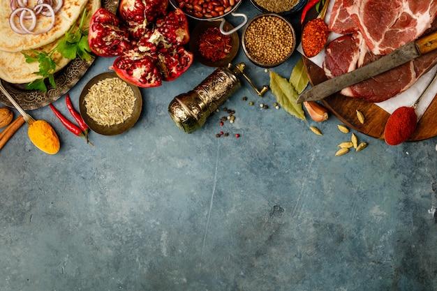 Tradizione mediorientale o araba ingredienti su sfondo concreto