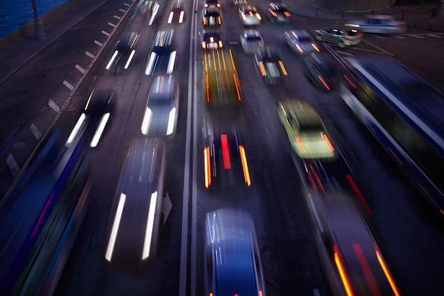 Traffico automobilistico di notte movimento sfocato sullo sfondo.
