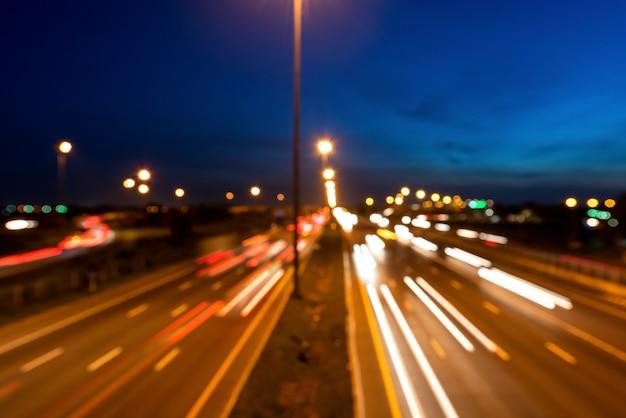 Traffico con luce sfocata