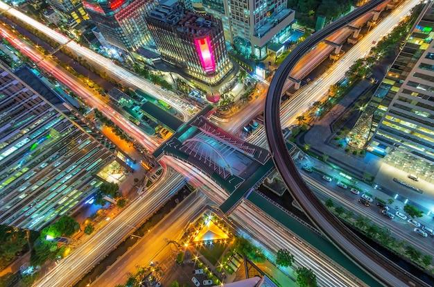 Traffico di bangkok di notte.