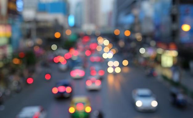 Traffico serale le luci della città. sfocatura movimento.