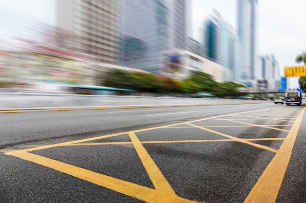 Traffico urbano con il paesaggio urbano