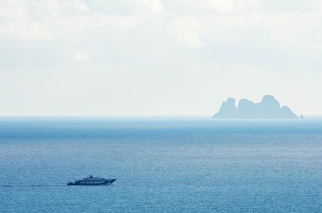 Traghetti trasportano passeggeri nel mare e koh ngam a chumphon in tailandia.