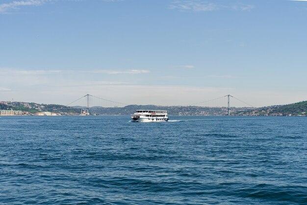 Traghetto che passa il ponte sul bosforo